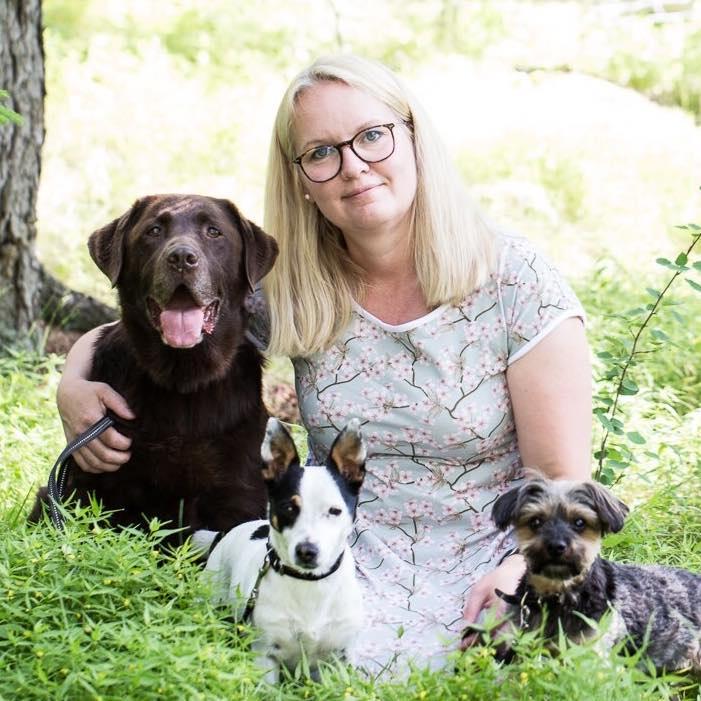 Lena Moseley certifierad hundinstruktör med sina hundar